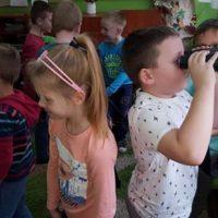 Każdy chciał sprawdzić jak działa lornetka, podstawowe narzędzie ornitologa.