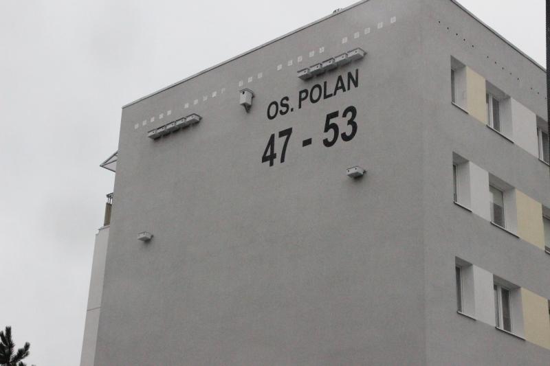 Skrzynki lęgowe zamontowane na jednym z bloków w Poznaniu